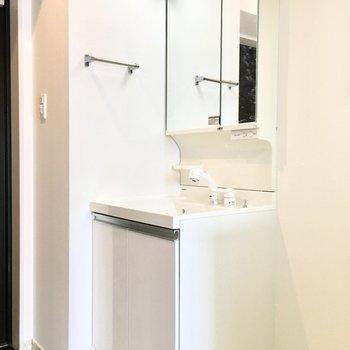 洗面台は玄関横に。(※写真は11階の同間取り別部屋のものです)