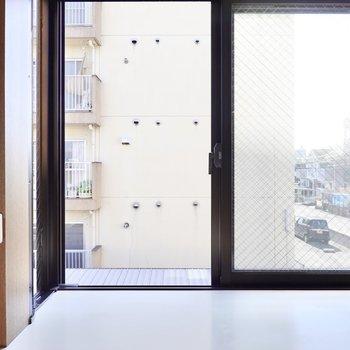 LDKの東側の窓からはお隣さん。