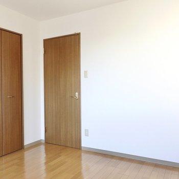 ドアの右手はデスクスペースにできそう。コンセントもしっかりあります!