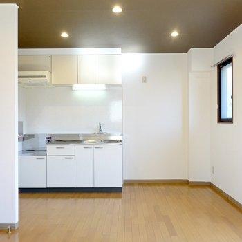 照明に合うレザーソファなんかが欲しいな〜。奥には家電置き場が広めにとられたキッチンスペース。