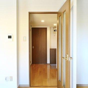 お次は廊下へ。正面に見えるのが洋室のドア。