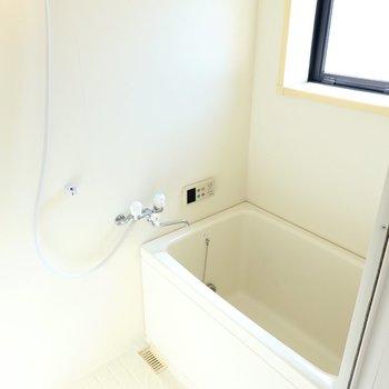 お風呂も窓付き。換気もしやすいですね。そして、二人暮らしに嬉しい追い焚き付きです。