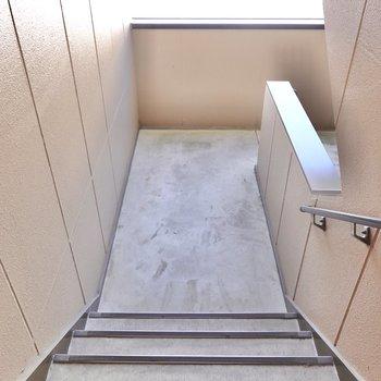 お部屋は2階でアクセスは階段のみ。階段はゆとりのある構造ですが、家具搬入時の採寸は念の為しっかり。