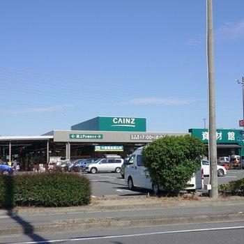 徒歩2分ほどにホームシアター、近くには家電量販店や大型スーパーもあります!