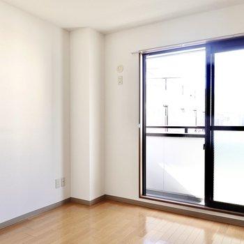 洋室は約6.4帖。北側の窓から柔らかい光が入るので、寝室にピッタリ。