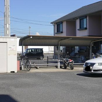 駐輪場は別棟と共同。敷地を奥に行ったところにあります。