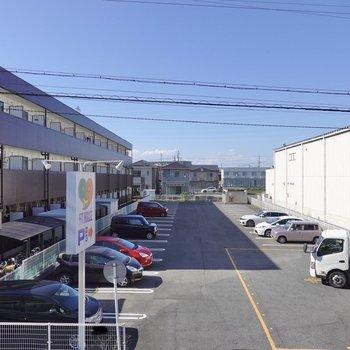 こちらの眺望はお店の駐車場。ですがこちらもなんだかスッキリ。