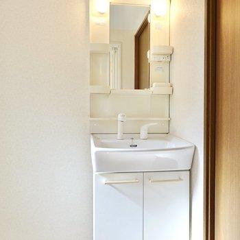 シンプルな棚付きの洗面台。スペースが広いので収納もたくさん置けそう。