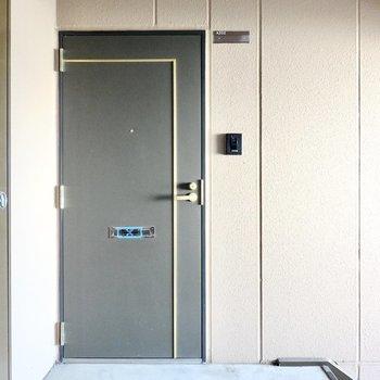 黒にゴールドのラインが素敵な玄関ドア◎