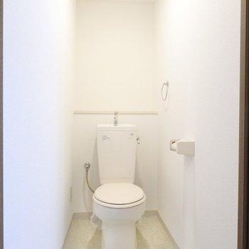 奥行きのあるシンプルなトイレ。コンセント付きなのでウォシュレットの後付けができます!