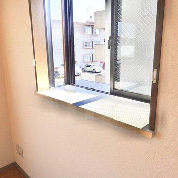 西の窓のスペースは小物を置いたり、デスクとして使ったりできそう。