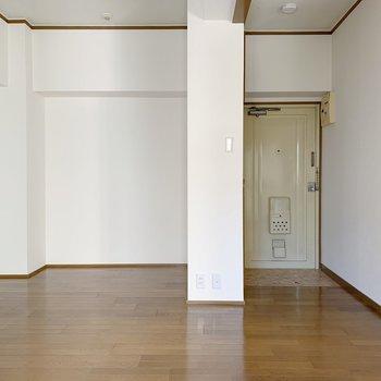 左側にはちょうどいい高さの棚を置くとすっきりした印象に。