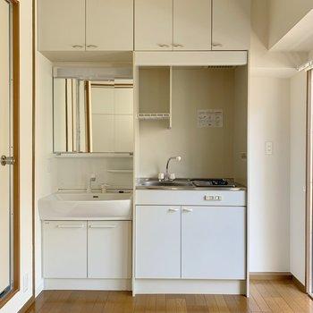 キッチン横に冷蔵庫を置くなら要採寸!かなりスリムです。ワゴンなどを置くほうがいいかも。