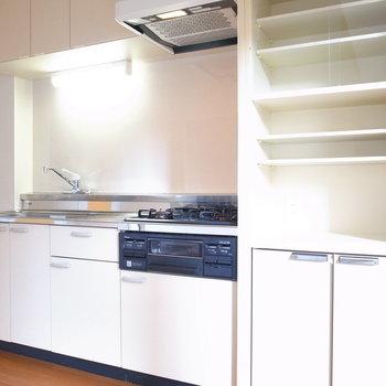 キッチンは窮屈さもなく、食器棚までついてます。左手に冷蔵庫を置けますよ。