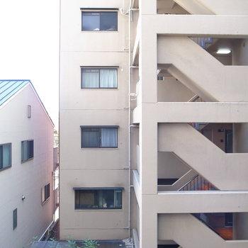 眺望はお隣さんの共用部。すこしだけ、視線が気になるかもしれません。