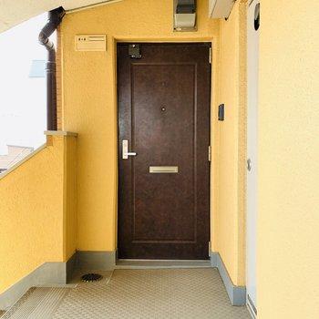 共用部です。階段を上がってすぐの角部屋。