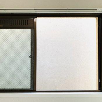 小窓からはお隣さんの壁ですので換気程度にお使いください。