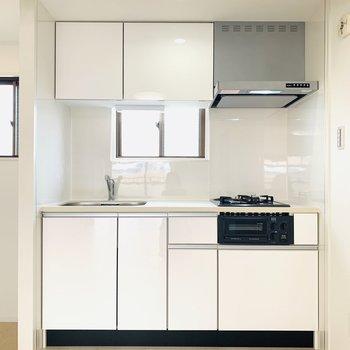 キッチンは真っ白でお部屋にマッチ!