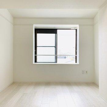 【洋6】LDK同様真っ白な床と壁の開放感がとてもありますね。