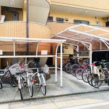 入り口には屋根付きの自転車置き場も。