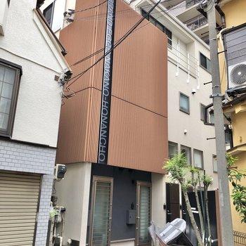 奥まったところにあるアパートです。