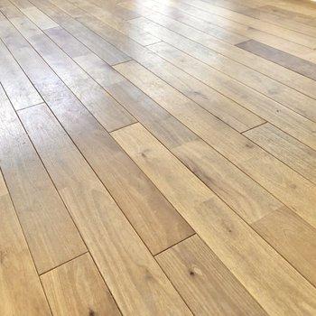 【LDK】足元には肌触りのいい無垢床。
