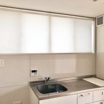 【LDK】キッチン上の窓にはロールカーテン付きです。