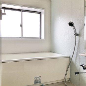 お風呂には小窓付き。換気も楽々です。