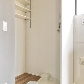 【LDK】洗濯機置き場の奥に洗剤などを置いておけますね。
