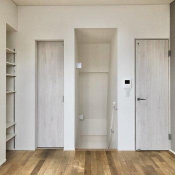 【LDK】向かって右側がトイレ、左がサニタリールームへ。