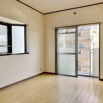 玄関側の洋室も2面採光。エアコン・テレビ設置可能です。