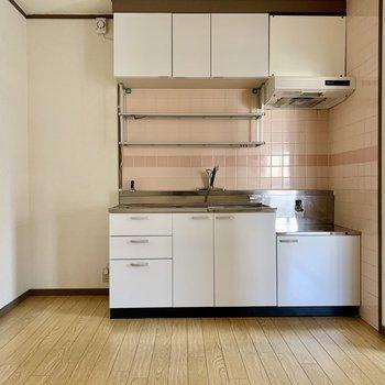 キッチン横に冷蔵庫置場。