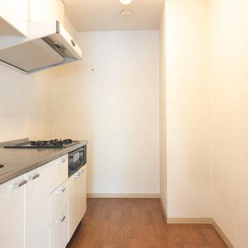 キッチンは縦に広いです。奥に冷蔵庫置き場があります。