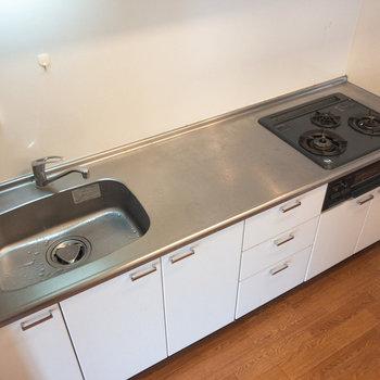 3口コンロに広い洗い場、スペースのコンビネーション!