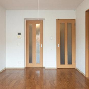 【LDK】左の扉がキッチン、右が廊下につながっています。
