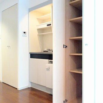 すっきりとしたキッチンの横には収納スペース。ストックとか置いてもいいかも。