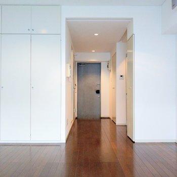 居室からキッチンは見えにくいから、ワンルームだけどスッキリとした印象。
