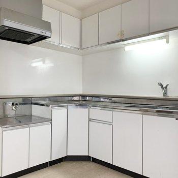 【LDK】L字型のキッチン、収納も多く使い勝手が良さそうです