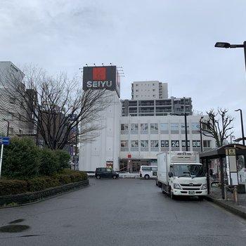 駅前にはスーパーがありました、日用品の買い物ができますよ