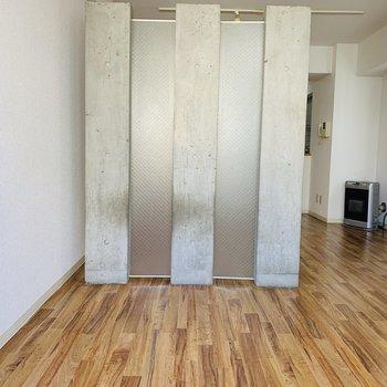 洋室から見た、コンクリ間仕切り 白×コンクリ×木目調