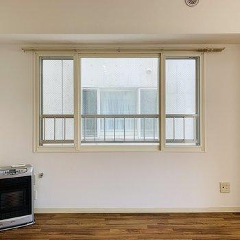 リビンは西向きの窓があります