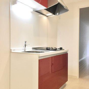 キッチンは目を引く赤!