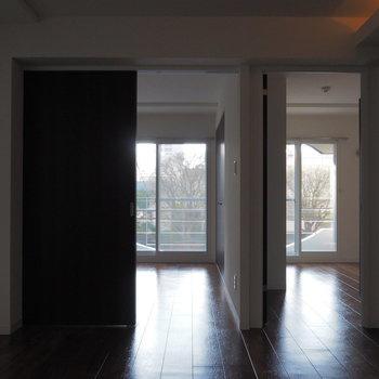 リビングから見渡すとお部屋が左右に2つ。※写真は同間取り別部屋