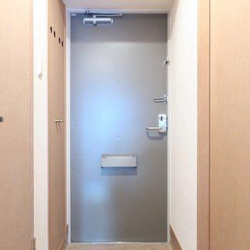 玄関もシンプルさん(※写真は6階同間取り別部屋、モデルルームのものです)