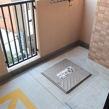 バルコニーは幅広タイプです(※写真は6階同間取り別部屋、モデルルームのものです)