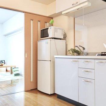 ダイニングキッチンの広さも1人なら十分!(※写真は6階同間取り別部屋、モデルルームのものです)