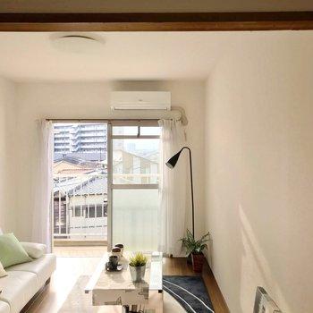 廊下と居室の間には突っ張り棒でカーテンを付けてもいいですね。(※写真の家具・小物は見本です)