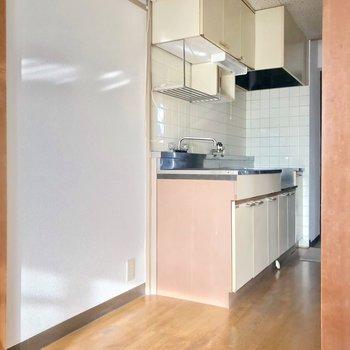 冷蔵庫の隣に細めの食器棚やワゴンも置けますよ。