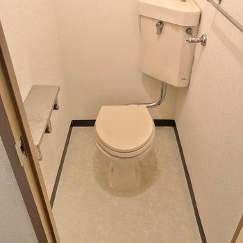 トイレはシンプル。お気に入りのカバーを掛けて使いたいです。