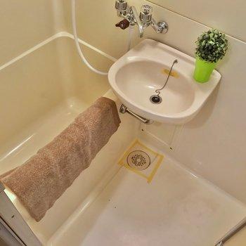 お風呂は2点ユニット。浴槽は少しコンパクトかな。(※写真の小物は見本です)